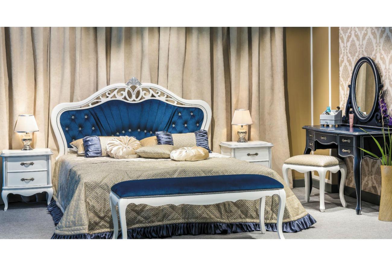Die Form des Kopfteils des Bettes Athena Bedside Set ist in blauer Farbe undGlanz der Naturseide