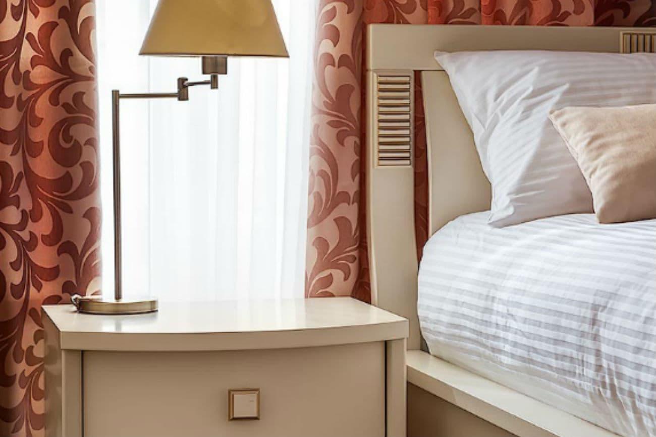 Kopfende des anderthalbfachen Betts «Karina» und Nachttisch, Ivory mit Gold