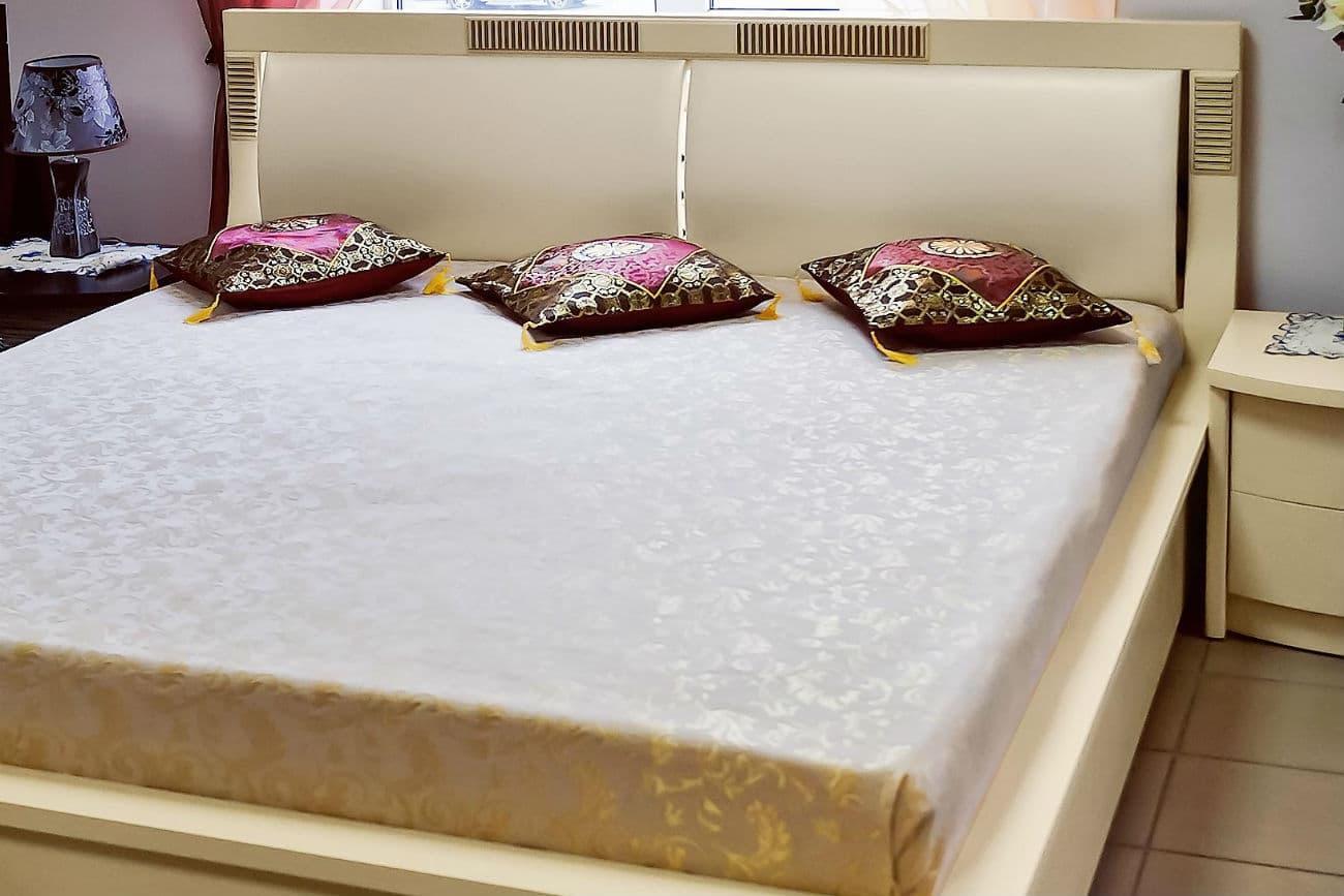 Doppelbett «Karina» mit Polstereinlagen und Kissen