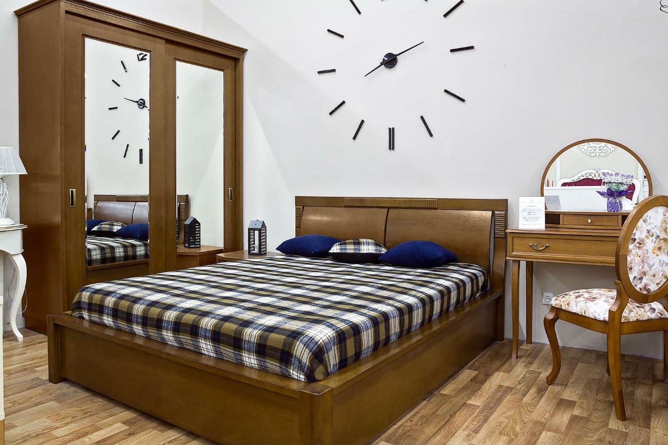 Doppelbett «Karina», Kleiderschrank «Vetriano» mit Spiegeln und Frisiertisch «Viktoria»