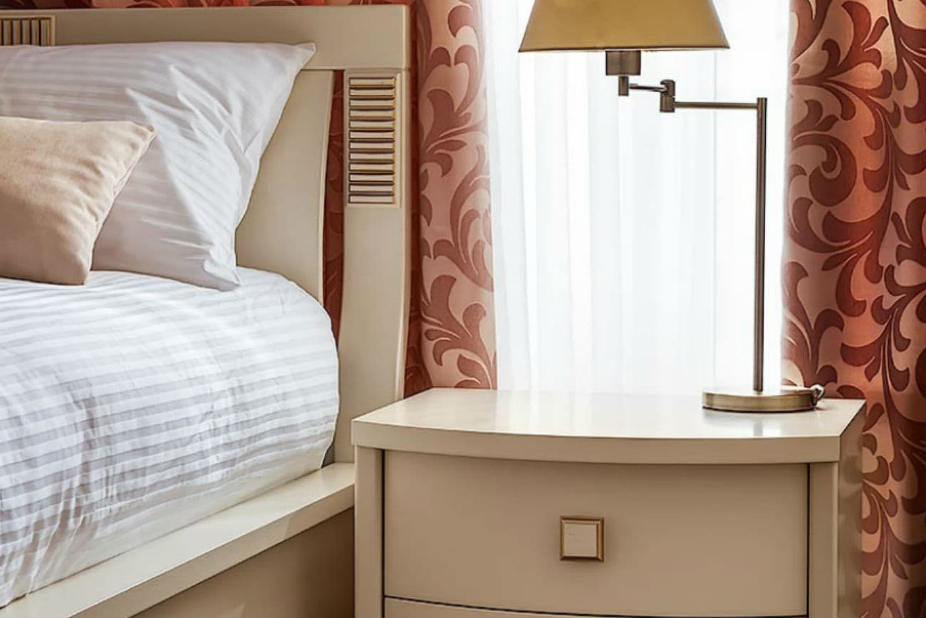 Kopfende des Betts und Nachttisch «Karina», Ivory mit Gold