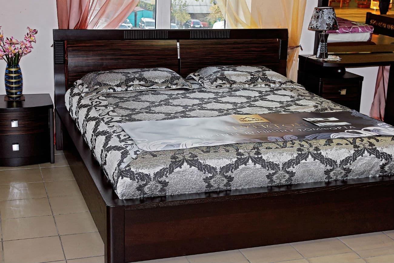 Bett mit Hebezeug und Nachttische «Karina»