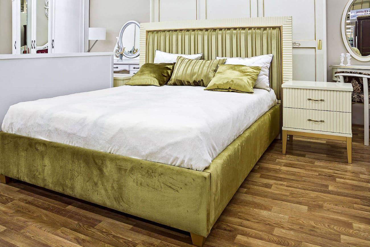 DurchRowan Bett ausHolz mit hohem Polsterkopfteil «Audrey» und Nachttisch