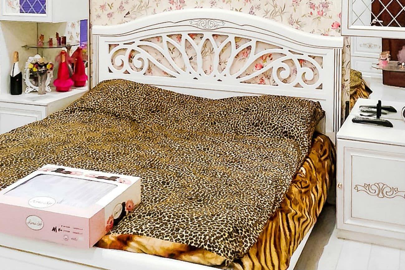 Kinderzimmer mit Kamelienbett in einer Nische