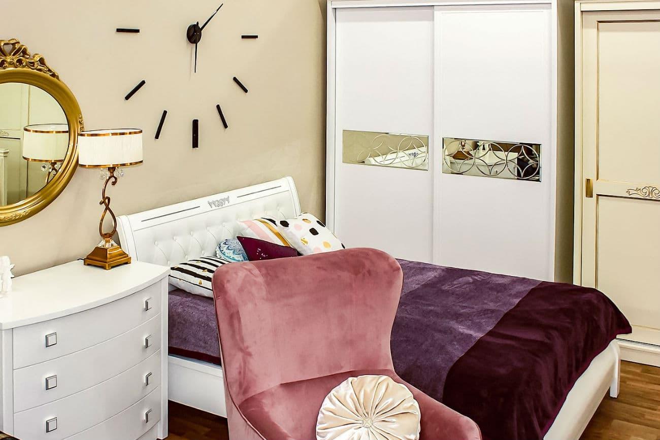 Das Bett «Fürstin» und der Schrank «Vetriano»
