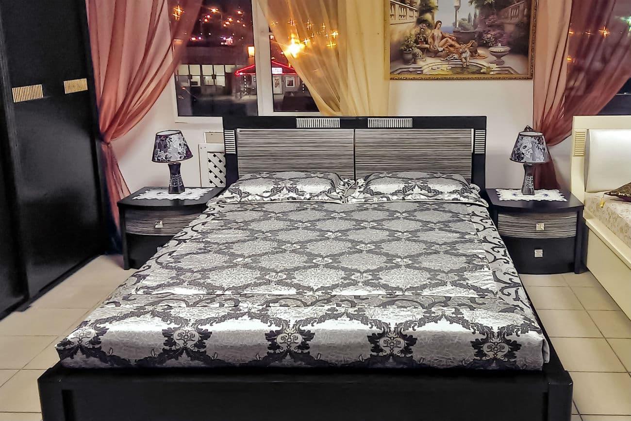 Bett «Karina» mit Hebezeug und Nachttische