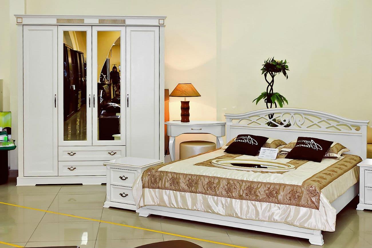 Doppelbett mit Hebemechanismus im Schlafzimmer «Victoria»