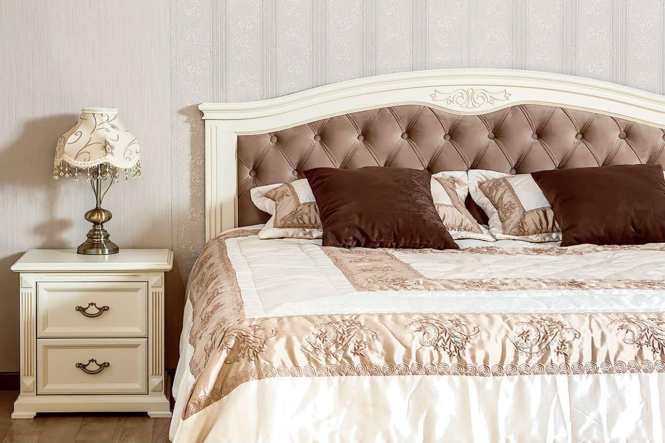 «Helen» Bett mit einem Nachttisch, der dem Ton des Bettes entspricht