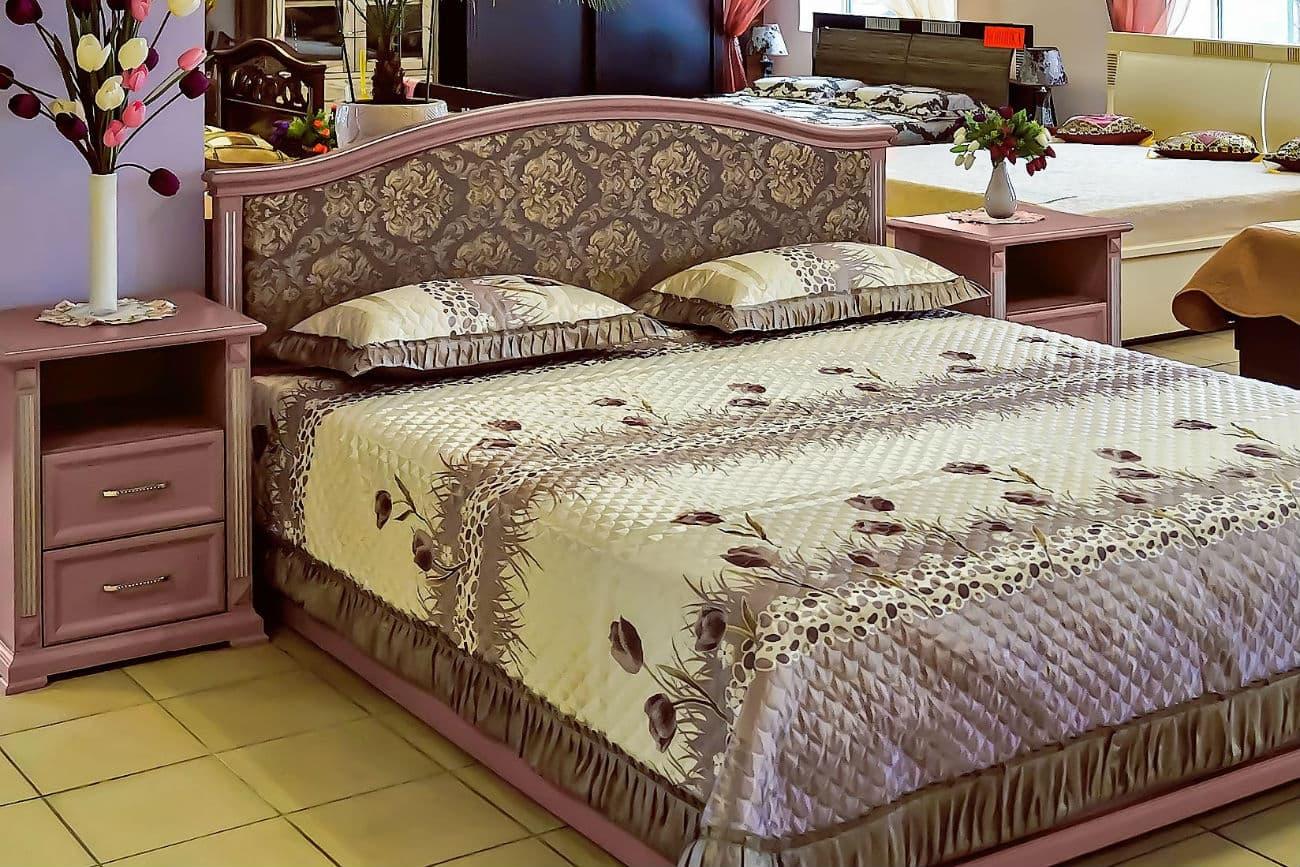 Doppelbett von «Helen» mit weichem Kopfteil und Nachttischen