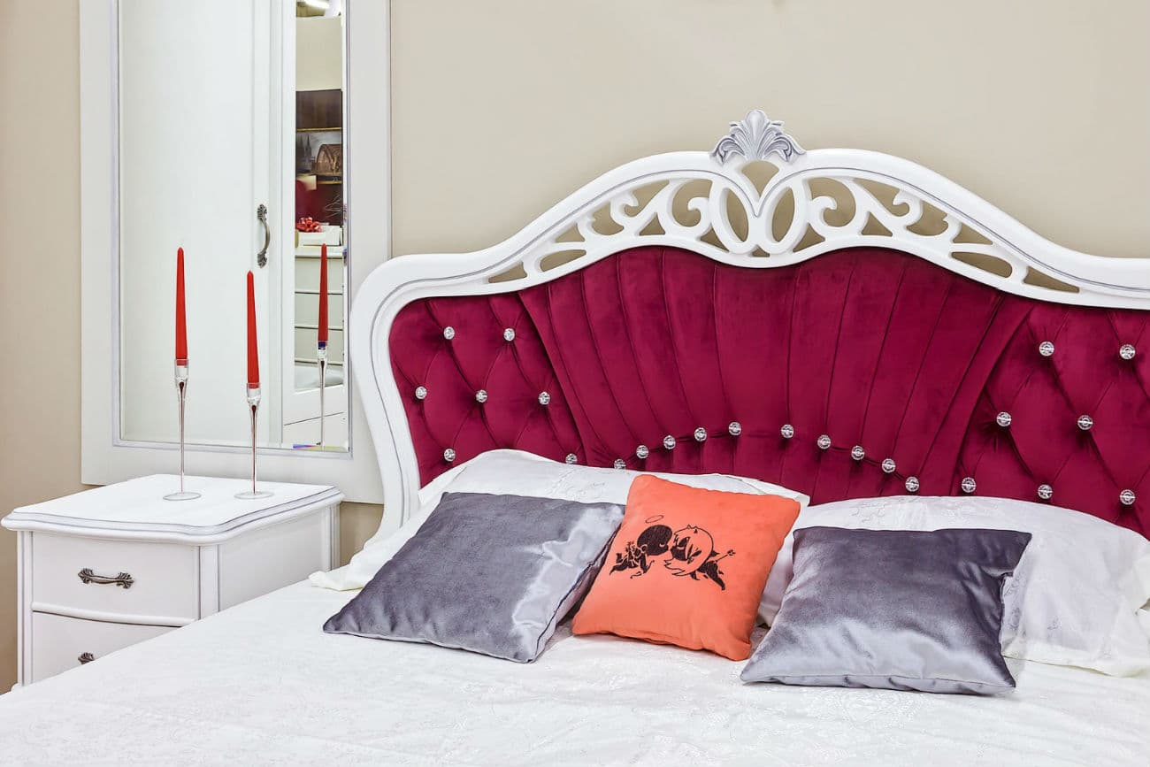Nachttisch «Athene» neben dem Bett «Athene»